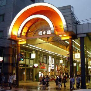 Shoppings e Lojas de rua coexistem
